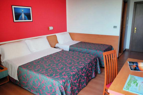 Hotel fenix camere fronte mare cavallino venezia - Camera con tre letti ...